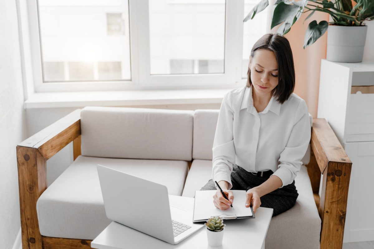 job seeker choosing the right resume format before searching for jobs